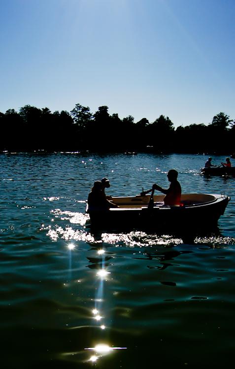Foto al contraluz del lago del Parque del Retiro